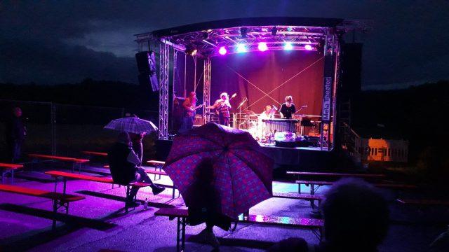 Unter einem Regenschirm am Abend